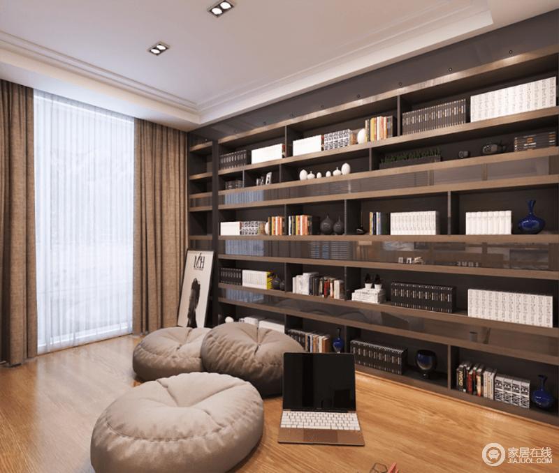 书房硬装设计上比较简单,原木地板搭配驼色窗帘,塑造沉稳,而整体书柜因材质凸显质感,再加上收纳和实用,更为生活,不妨坐在蒲团上,享受阅读带来的静谧和休闲。