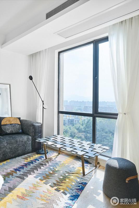 阳光洒满整个客厅,躺在沙发上晒晒太阳,看看书,这大抵就是岁月静好吧。空间以灰色沙发搭配白色窗帘,营造生活的静雅,编织的茶几与坐凳带来一种简约的美学。