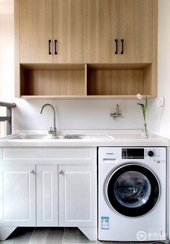 洗晒区最大程度上满足了平时洗大件和储物的功能,定制盥洗柜将洗衣机都收纳了进来,搭配原木吊柜,让空间更为实用。