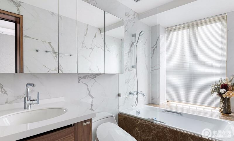 主卫设计清爽的白色鱼肚白大理石,整个空间干净明亮,大面积的镜柜,扩大储物空间的同时,镜子的反射使空间更大,并将石材的肌理美学构筑在空间内,呈现出自然格调。