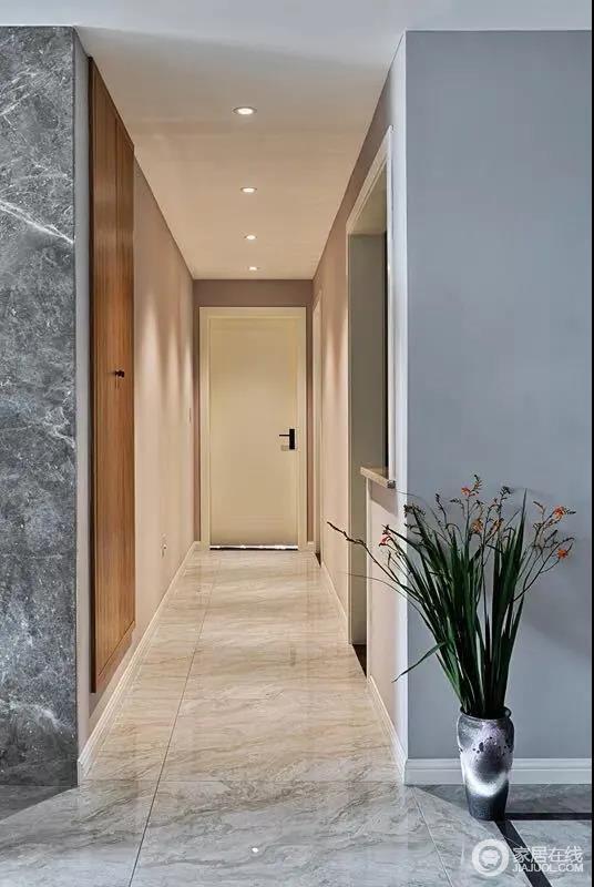 在电视墙与沙发墙两端,分别是走廊与通往二楼卧室的楼梯,复式的格局,让居家空间有着更加明显的动静分离,灰色砖石的肌理,呈现出一种天然感。