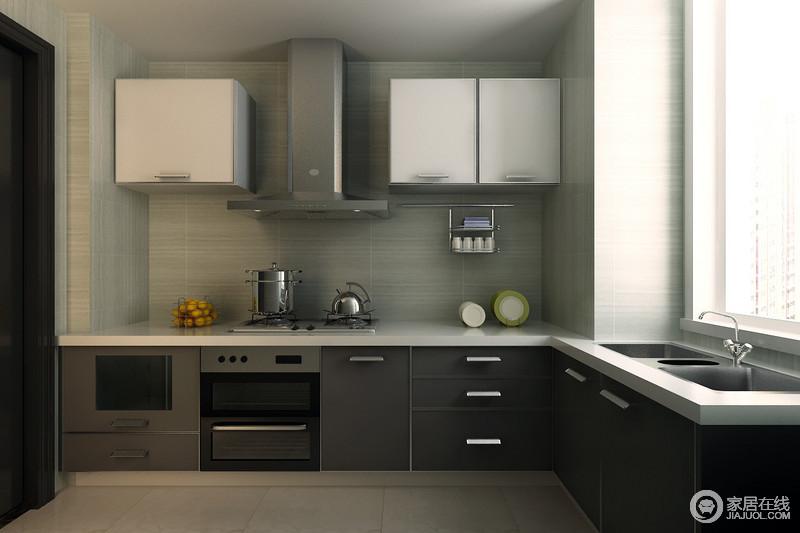 厨房铺贴了浅灰色砖石,易于打理,而且十分耐用;黑咖色橱柜与大理石台面和吊柜的白色调相对比,层次之中,让厨房烹饪也变得更为现代。