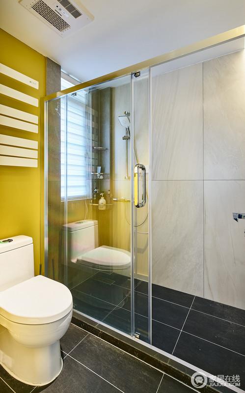 在整个空间配色中,大量地使用了黄色带来强烈的视觉冲击感的同时,让整个开放式的空间显得更加自在、张扬,改变了以往卫生间的设计质感,感受分离之外,多了一丝色彩的时髦。