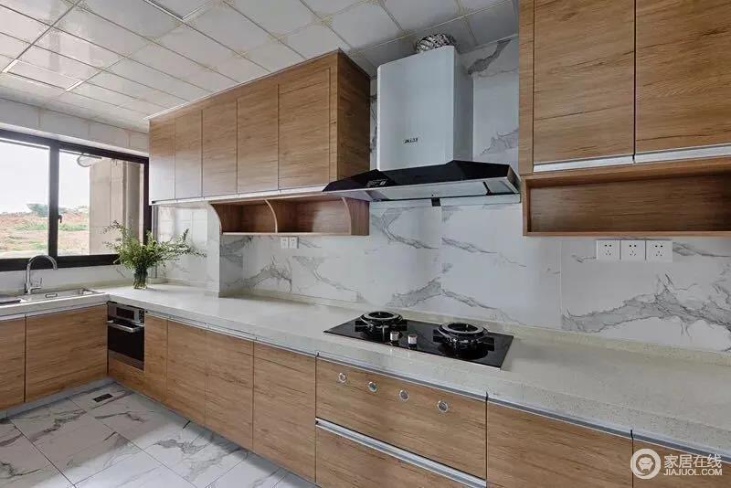优雅的白色砖石有种天然之美,搭配木色的橱柜,塑造一种自然朴素的质感;设计师巧妙地利用吊柜下方的空间,增加了置物格更为实用,让烹饪生活尤为便利。