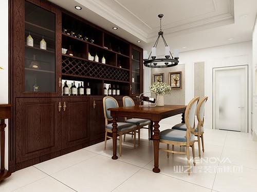 餐厅开放式的设计,更显格局感,设计师将整面墙定制成了酒柜,增加收纳性之外,不失空间感;实木美式家具的复古和质感,搭配铁艺圆盘吊灯,造就了空间的美式厚重。