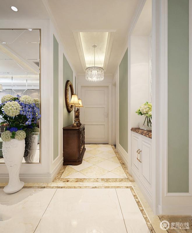 空间将白色石膏墙和绿色漆为组合,渲染出了几何变化,同时,还营造出清新;仿旧砖与美式实木边柜、黄铜灯具令空间多了轻奢与复古的味道,搭配水晶灯,满是精致。