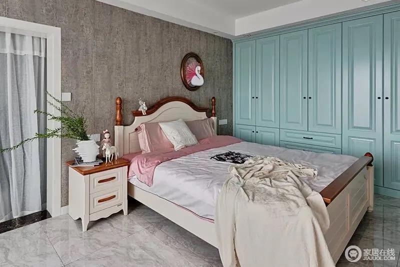 女儿房的床头贴着复古调的墙布,与淡蓝色的衣柜形成强烈的对比,大胆的色彩组合,令整个空间稳重之间,镌刻了几分清新;现代美式家具质感上乘,搭配粉色床品点缀,带来些许甜美感。