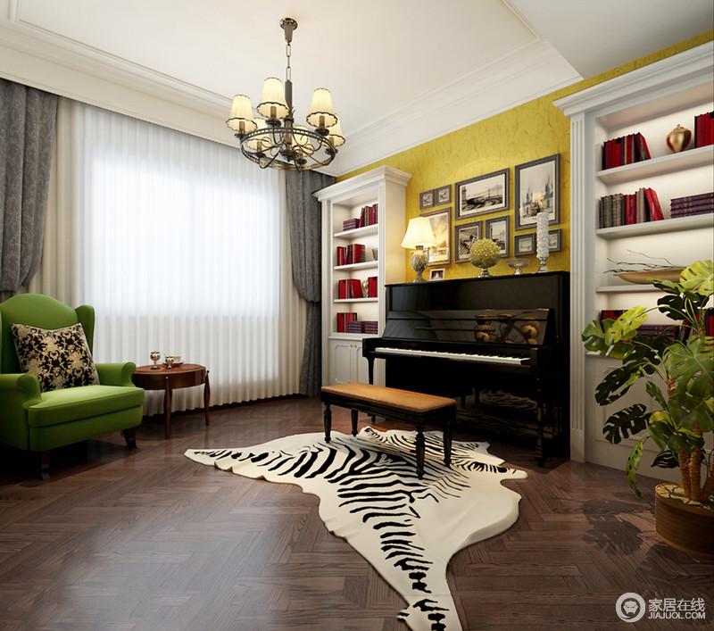 影音室是为孩子准备的琴房,当然,也作书房之用,褐色原木地板因为斑马纹地毯凸显出野性之味;而白色书柜定制出了收纳与对称之美,在钢琴和画作的装饰中,演绎黑白经典;黄色墙面与绿色扶手椅给空间带来色彩生机,而美式边几增添了休闲之趣。