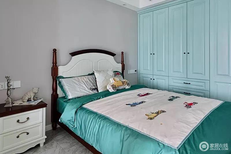 男孩房的空间相对简约为主,墙面粉刷成灰色,与衣柜的淡蓝色组成冷色系,营造宁静;胡桃木与白色套色美式家具带着复古的味道,十分大气,而雀蓝的床单结合汽车图案,使得空间多了几分童趣。