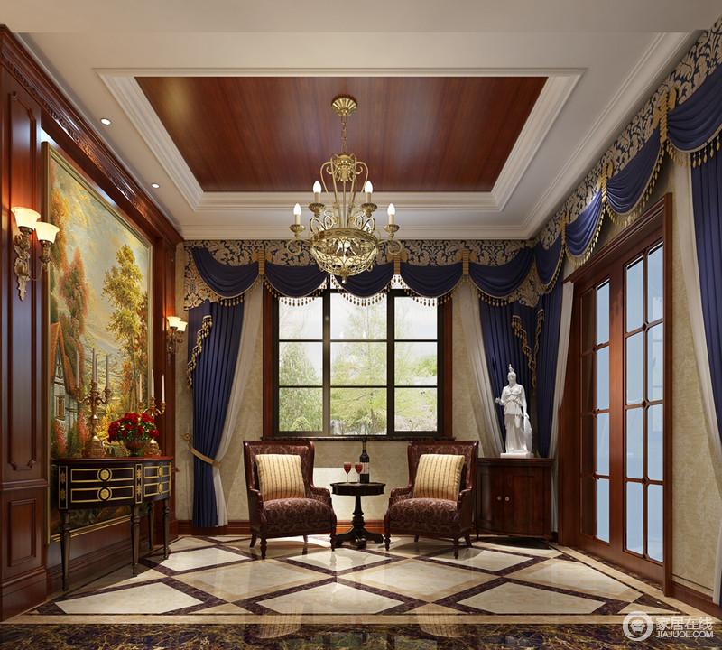 藏蓝布艺窗帘上金色印花帘幕渲染了一室的优雅和华贵,西方油画用金色边框装饰在玄关中央墙上,丝绒花纹沙发及描金弧形边几彰显空间格调。白色欧式雕像,摆在门口像是守护卫士。