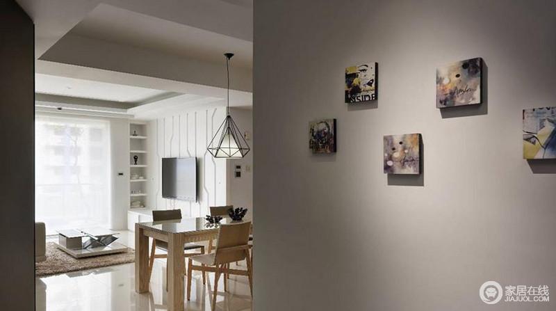 餐厅的照片墙用灰色打底,个性十足的小油画体现了主人文艺的气息,与三角形铁艺吊灯构成简约和轻盈。