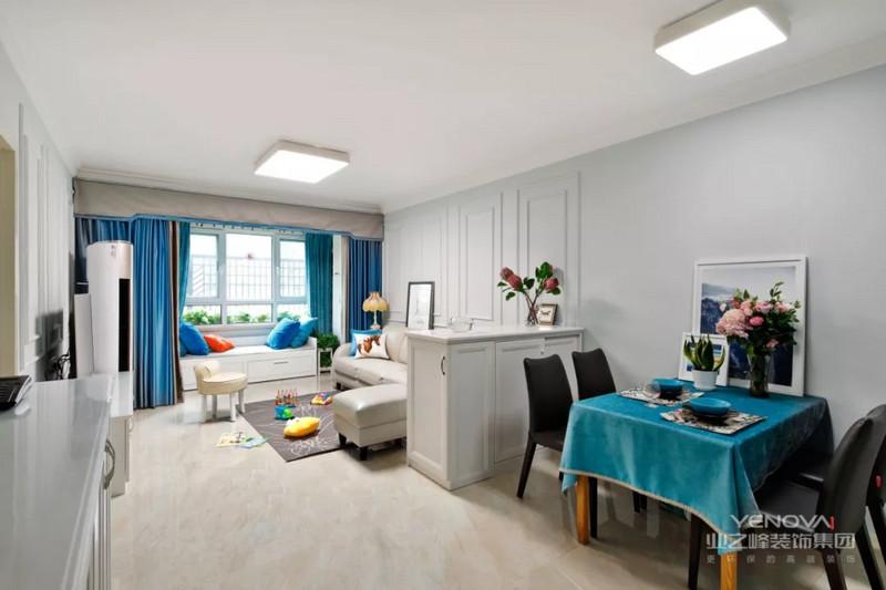 餐厅与客厅相连,中间的隔断采用了可以收纳的餐边柜,介于厨房的面积比较小,很多的厨房用品、餐具都可以收纳于其中。