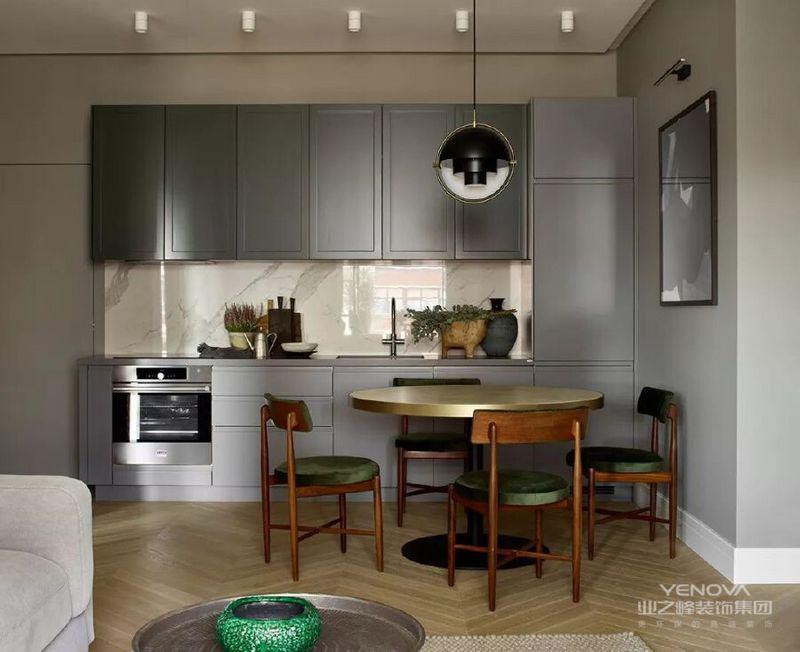 厨房和餐厅在客厅旁边灰色的橱柜是根据设计工作室画的草图制作的不仅实用,与整个公寓也很搭调。