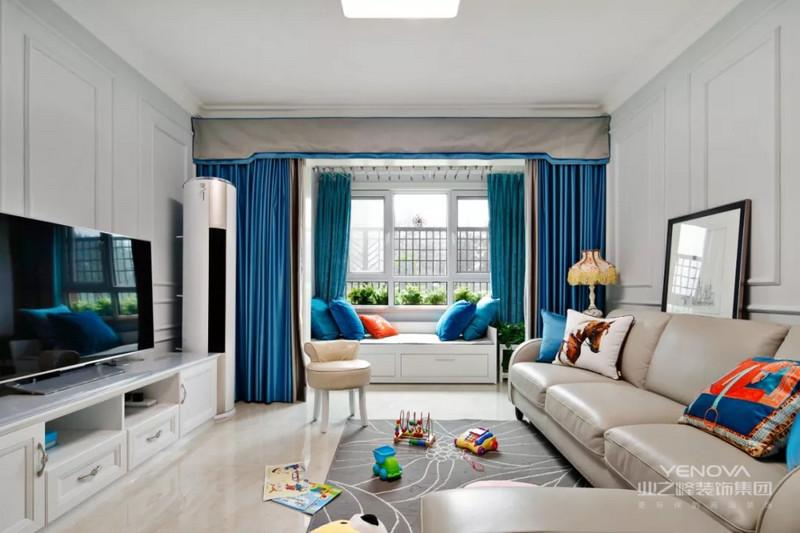 客厅明亮通透,电视背景面和沙发背景面的装饰方式非常上档次,乍一看以为是价格高昂的护墙板,实际是石膏线做的造型,很具有高级感。