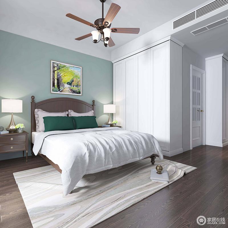 卧室线条简单,蓝色墙漆与白色衣柜形成反差,渲染着和现代感的清灵和雅致;灰色原木地板搭配美式家具朴质为温实,与木叶吊灯勾勒着自然风情;白色床品与奶白色细纹地毯打造温馨的生活氛围。