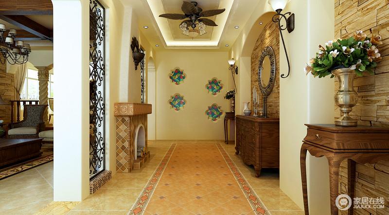 玄关为了迎合地中海所独有的清新格调,特别选用了绿花和墙饰来烘托气氛;年代感久藏的家具和摆饰彰显出房子的历史感,也让空间更富底蕴。