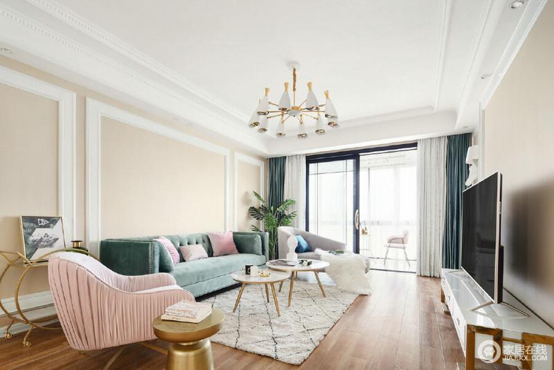 客厅色调在家的氛围中至关重要,本案在设计中以暖色调为基色,搭配绿色、粉色、灰色做点缀,营造温馨自然的感觉。