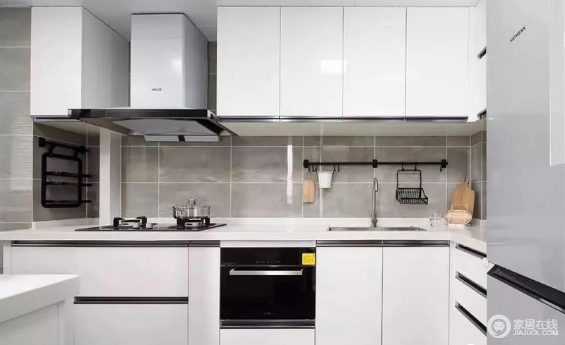 厨房内部以灰色系的墙地砖来搭配白色的橱柜,然后在局部用黑色作为点缀,黑白灰的经典搭配让厨房显得更为简洁大方。