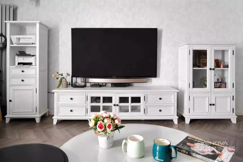 纯白色的组合电视柜,高低错落有致,视觉上给人一种很好的体验,和白色的壁纸相得益彰。