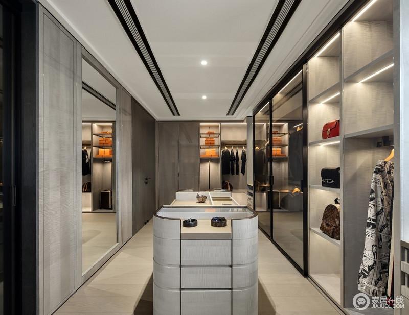 步入式衣帽间更是感受到了主人精致的生活,整体采用虚实结合的设计手法,运用高级灰的木饰面,体现一种高雅、尊贵的生活氛围,同时,不同类型的收纳设计,更是让生活井然有序。
