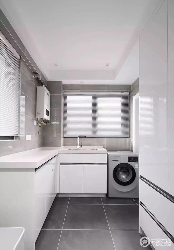 洗衣房和厨房相连,所以也延续了厨房的设计方案,同样的黑白灰的简洁空间,洗衣机和洗手台结合起来,各种柜子作为收纳补充。