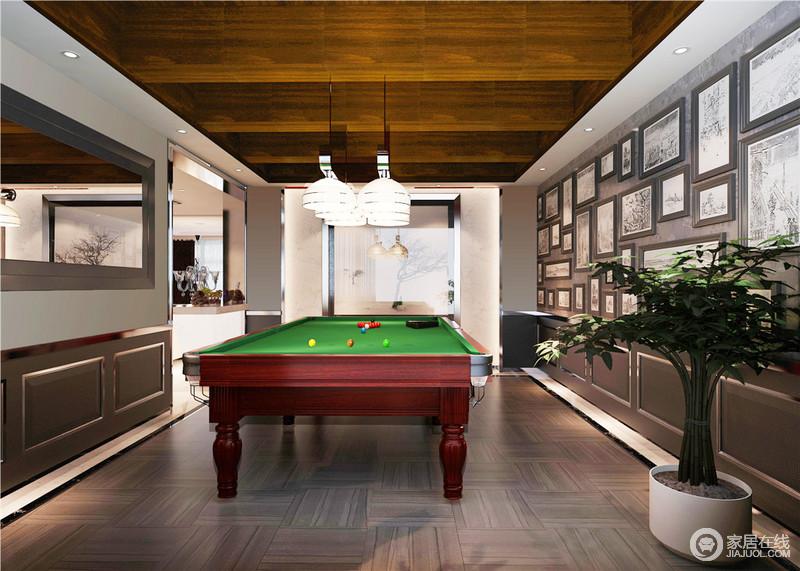 休闲室的实木木梁成为整个空间的亮点,让人感受到乡村的朴质和原始,却以结构和材质演绎设计的魅力;灰色板材的墙面张贴了大大小小的黑白画作增添了文艺气息,玻璃半圆吊灯悬挂在台球桌上,方圆之间,成就生活的和谐愉悦。