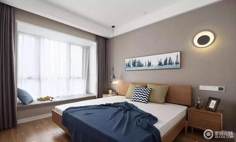 主卧室的床头背景墙和窗帘同样选择了灰色系的,墙面还做了和门厅相同的壁灯造型,搭配飘窗和木质感的家具,显得情调满满。