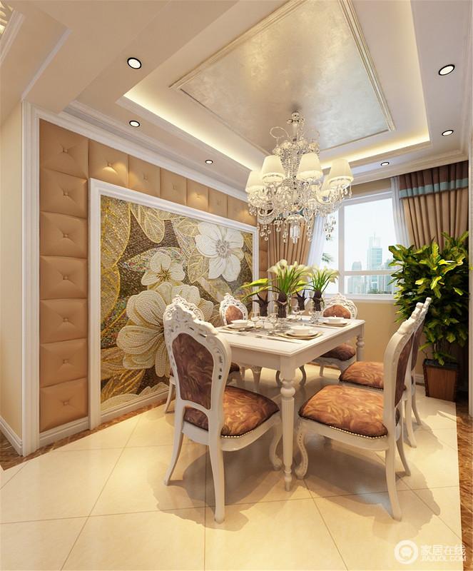 餐厅镌刻着精致雕花的餐椅,曲线优美的衬托着坐垫、椅背的印花图案,背景墙上软包与马赛克花卉图案形成层次,在水晶流苏灯的熠熠生辉下,营造愉悦优雅的用餐环境。