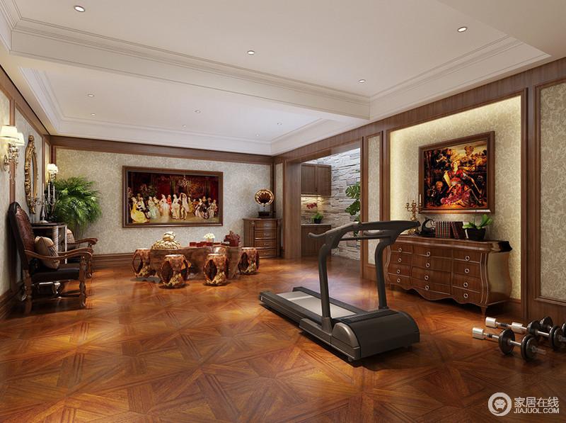 负一层的空间用来作为休闲空间,兼具了茶室和健身房。墙面以木线勾勒填充印花壁纸,米字型地板铺陈出沉稳厚重的安定氛围,在茶香袅袅间,西方油画带来复古典雅。