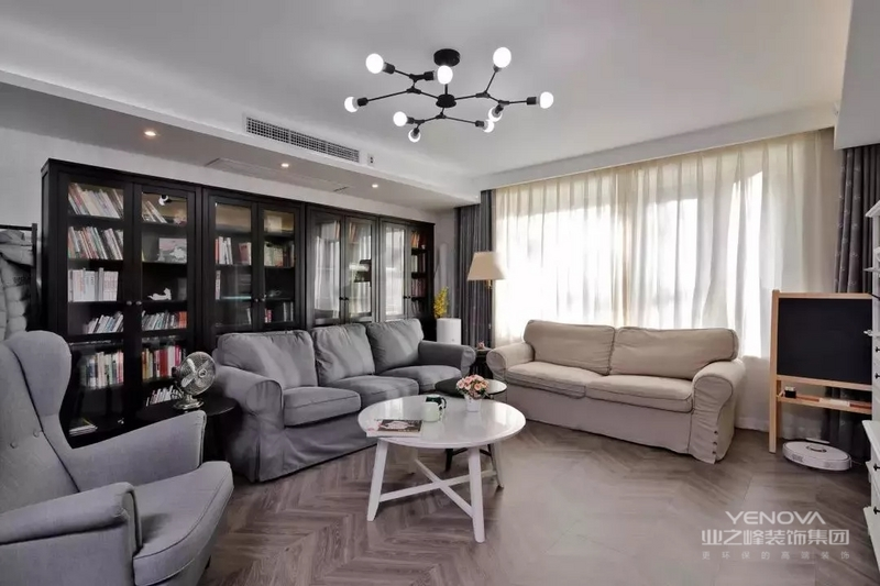 ▲简约风不能缺失的还有温馨,这种高级感的配色让客厅甚至全房都营造出温馨舒适感。