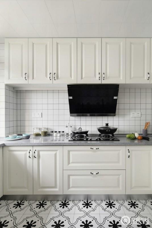 厨房铺贴了白格子砖,灰色台面和白色实木橱柜组合出利落和干净,让生活足够利落,储物的设计更是增添了不少实用性。
