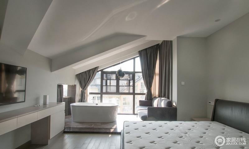 二楼主卧,这是女主目前最满意的地方,原来是一个大房间,经过改造把原本废弃的空间都充分利用起来了,增加了独立卫生间和衣帽间,形成一个整体套间。楼阁的吊顶以斜角的形式,张扬结构之美,家具组合以功能性为主,足够舒适。