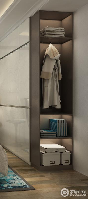 衣柜开放格空间,可以放置一些常用的物品,像是每天都会用到的睡衣或者浴巾都可以挂放在这个区域。