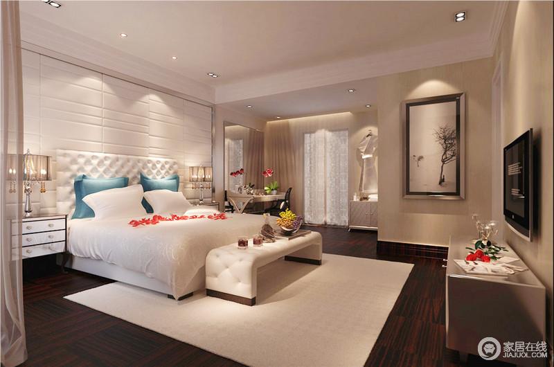 卧室以白色板材来美化背景墙与古典纽扣床头柜形成不同的几何美学,搭配新古典床头柜及台灯,镌刻着轻华;驼色漆粉刷墙面增添了温馨感,再加上中性色的床品及床尾凳、地毯为空间塑造色彩层次,缓和了画中独孤的气氛,营造着温和。
