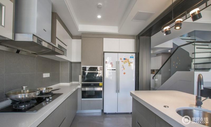 半开放式的厨房,一方面可以充分利用空间,视觉上开阔空间,使餐厅、厨房显得非常宽敞;驼色漆和瓷砖组合,搭配白色台面和橱柜,构成空间的中和稳重。