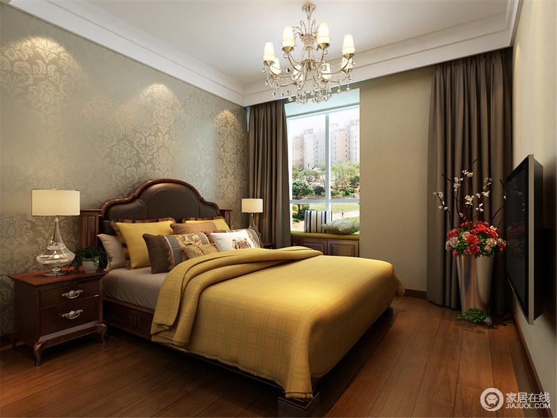 卧室以灰绿色金箔暗纹壁纸来张天墙面,无形中与简欧吊灯渲染了复古气息,而简欧实木家具的清湛工艺,无疑给生活奠定了质感;黄色床品与灰色床品以冷暖之色,平衡出了温馨。