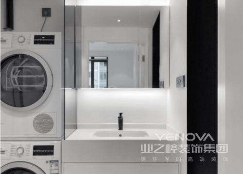 卫生间的台盆柜紧挨着洗衣烘干机器,却以灰玻作为隔断,节省空间,又不至于压抑;镜柜上下出光,保证狭窄区域的照明,紧凑的设计也更加实用。