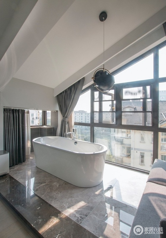 繁忙工作之余,泡泡澡,做个SPA,洗去一身疲惫,沙发既可以作为洗澡时放衣服的地方,也可以作为午后阳光浴中看书的地方,再加上玻璃窗的通透,心情都会大好。