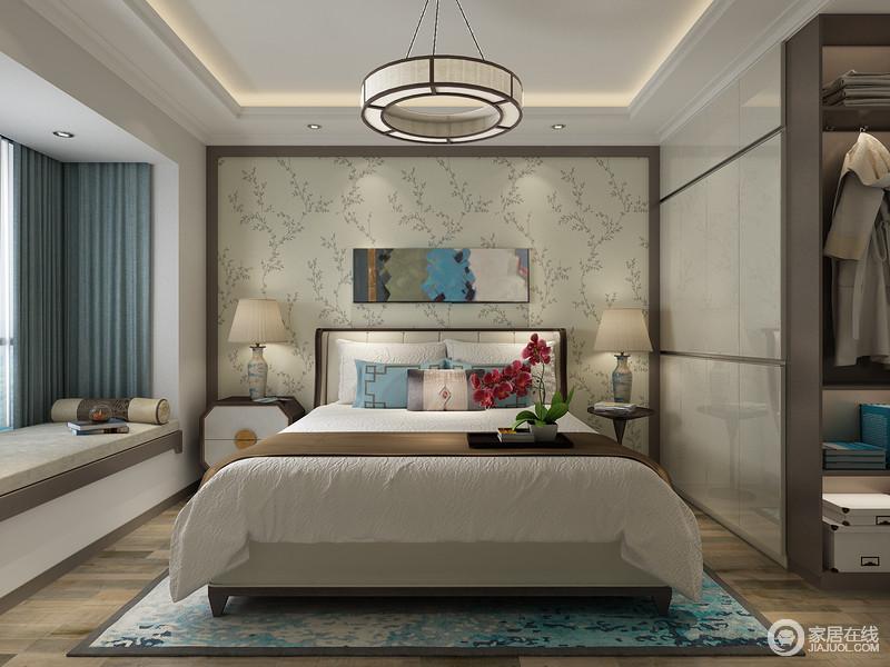 卧室以中性色来营造空间的和煦和沉静,虽然花卉的壁纸妆点出了自然的生机,但是与整体软装和实木家具搭配出中式讲究地沉静和舒适,颇为温和。
