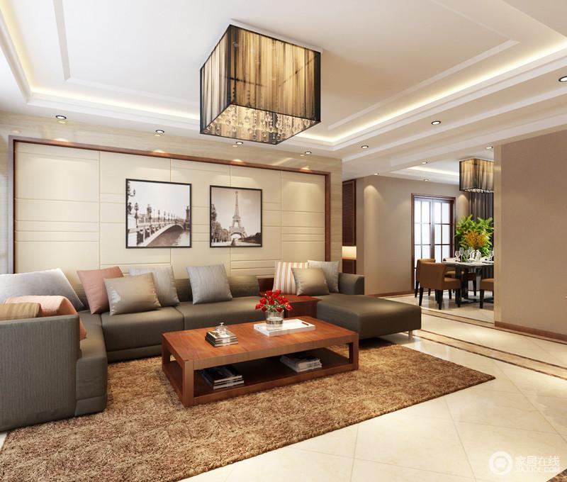 整个空间因为材质本身的色调构筑了和谐与温馨,黑白的摄影画带你体味经典之色;现代沙发虽然色调灰暗,但是棕色地毯与实木茶几,平衡出现代大气。