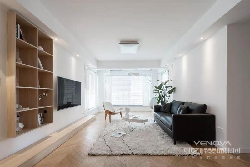 简洁的沙发墙,布置一张黑色皮沙发,搭配一席地毯、摆一张小巧的圆茶几,让简单的空间也显得端庄大气。