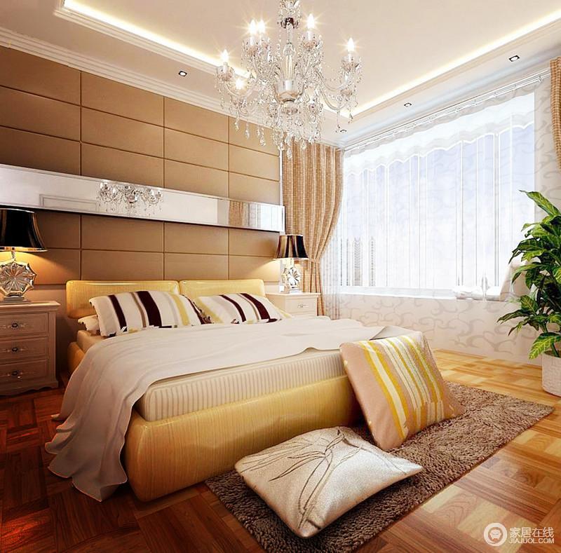 卧室的棕黄色几何背景墙因为镜面装饰条和水晶灯的装饰,显得轻奢了不少;整个空间以黄色和米黄色窗帘等软装为搭配,渲染暖意十足的生活氛围,让主人生活得足够温馨舒适。