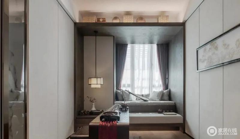 独立的茶室为主人提供一个品茶的空间,三五好友,在闲暇时光聚在这个小空间,休闲聊天,惬意自然;小飘窗与坐塌结合的设计更为实用,与中式茶台等裹挟出清欢。