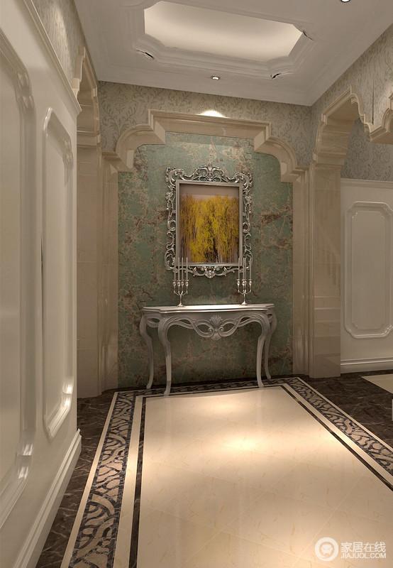 走廊处穹形轮廓里浅绿色壁纸加深了底色,银色框的壁画、边桌上的银色烛台都如同一对亲密的好友,形异色同,形影不离。
