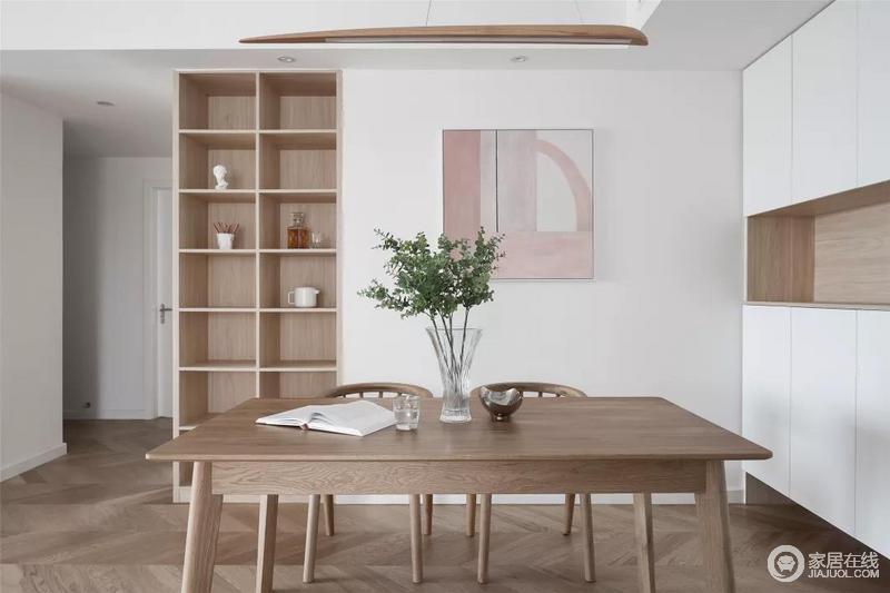 餐厅背景墙侧边墙面打掉与双向柜体定制,餐边这侧做成展示格架柜,旁边墙面挂一幅粉色调的装饰画,让空间显得温馨而优雅。