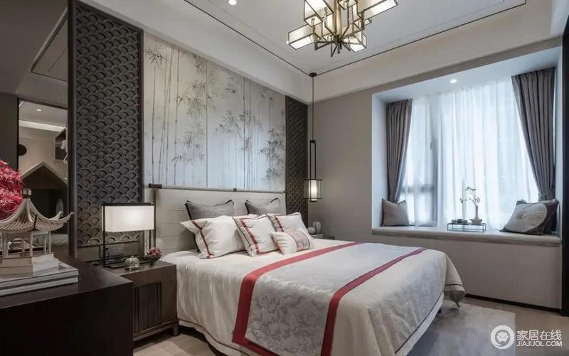 卧室床头墙一幅竹林图案的墙画与鱼鳞木屏风做造型,两侧的中式台灯对称中表达东方和谐;浅色床品上的的红色勾边端庄而柔和,营造浓浓地中式味道,让卧室空间从容而温情。