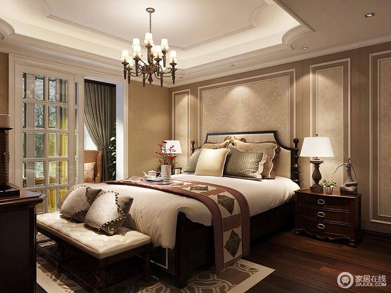 整个卧室因为柔和的驼色暗纹壁纸和灯光,营造舒适、温馨,美式家具对称出了和谐,精致地床品布艺等,显得质感十足;推拉门出的阳台,更是打造了一个休闲区,墨绿色的窗帘与咖色扶手椅让生活更为恬淡、精致。