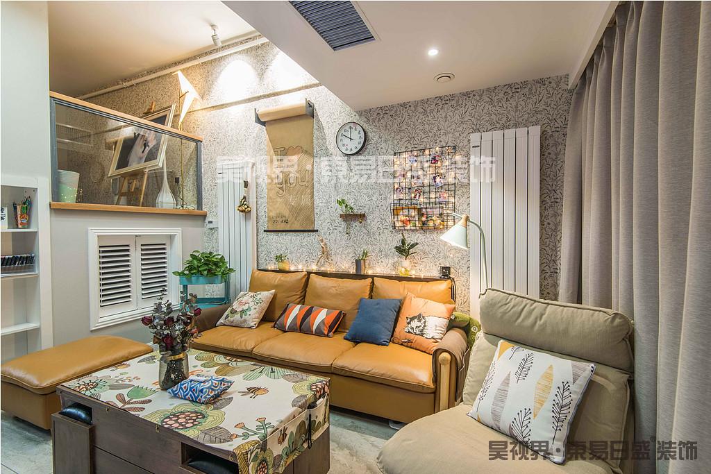 沙发背面的业主亲手绘制的海报,铁艺搁架,小植物等显得灵动别致。