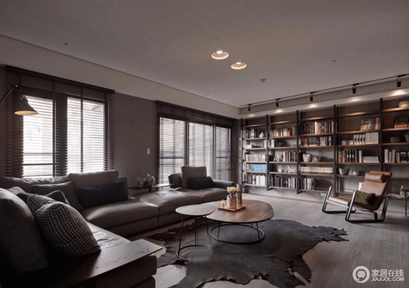 客厅线条简洁,空间内将整个墙面做成了书柜,既可以收纳主人的藏书,也渲染了文艺的生活氛围;原木的基调赋予生活朴质,搭配深色系沙发、圆几,拼凑出生活的温馨。