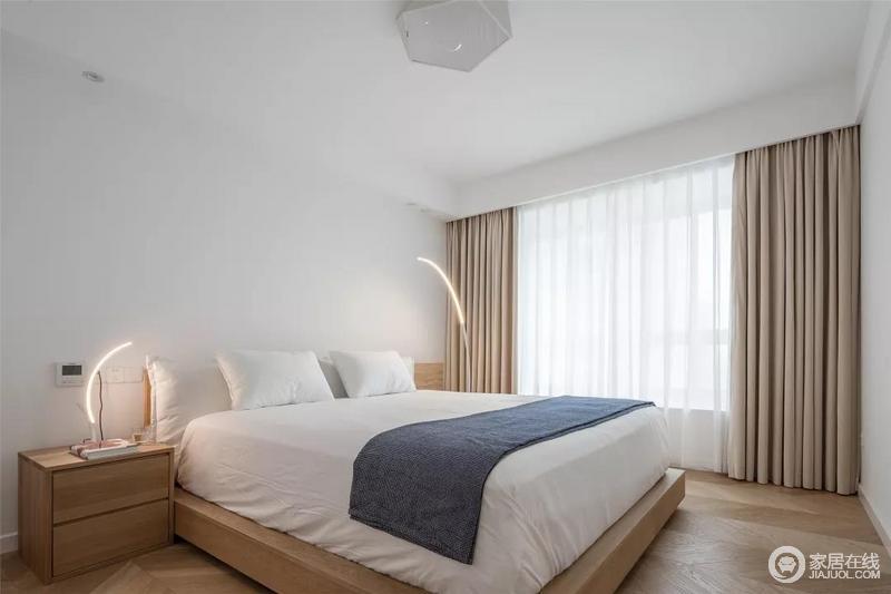 卧室空间也是非常的简洁为主,木质地板、床铺与床头柜,床头两侧布置的长弧形的灯具,让空间充满了时尚的科技感。